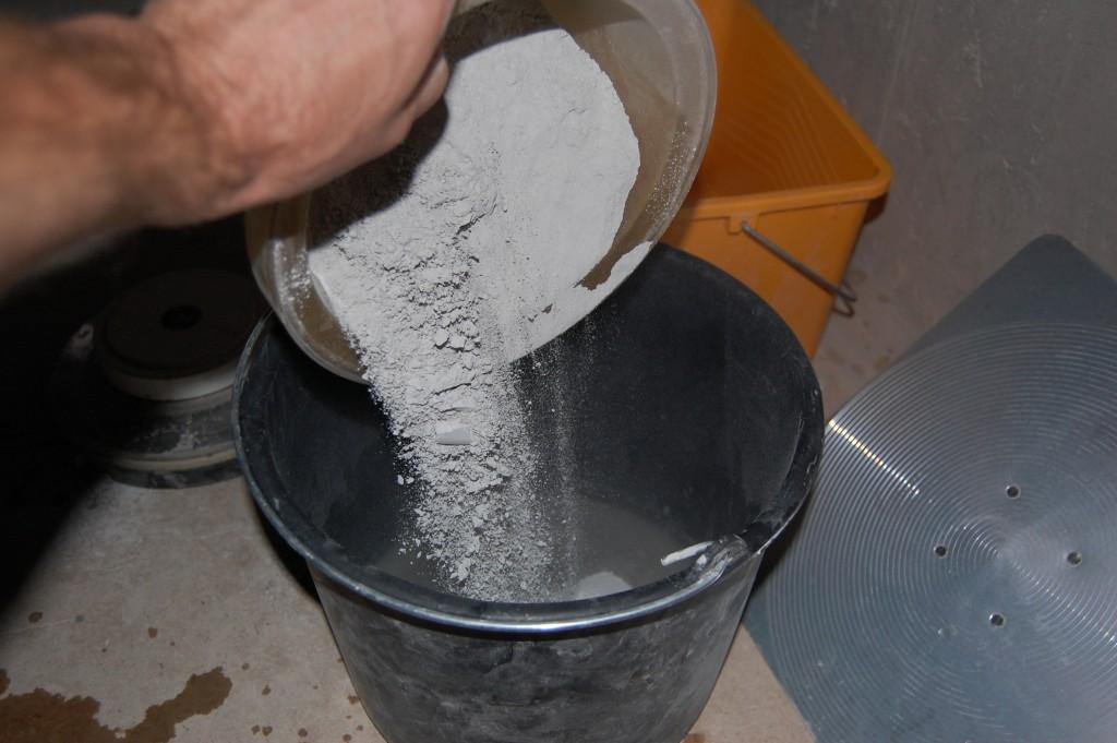 Как клеить плитку в ванной своими руками
