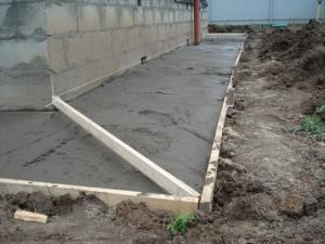 zalivka-betonnoy-otmostki