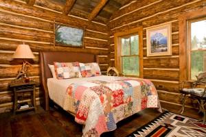 кровать и дверь