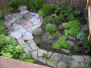 Аккуратное оформление для небольшого двора