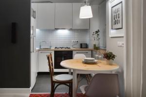 Аккуратное оформление небольшой кухни