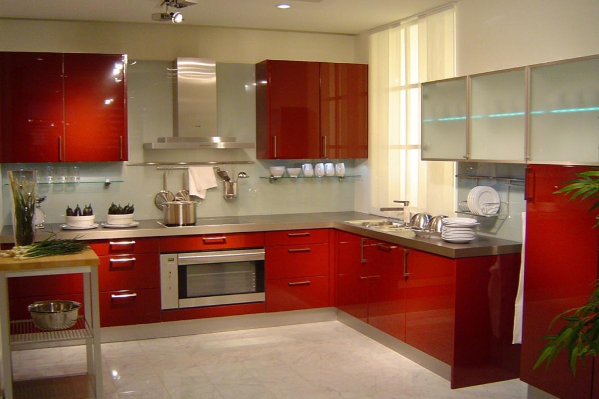 Белый кафель в красной кухне
