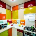 Яркие детали в мебели кухни