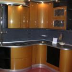 Элегантная кухня в золотых и черных тонах