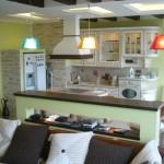Классическая кухня соединенная с гостиной