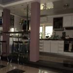 Колоны и барная стойка отделяет кухню