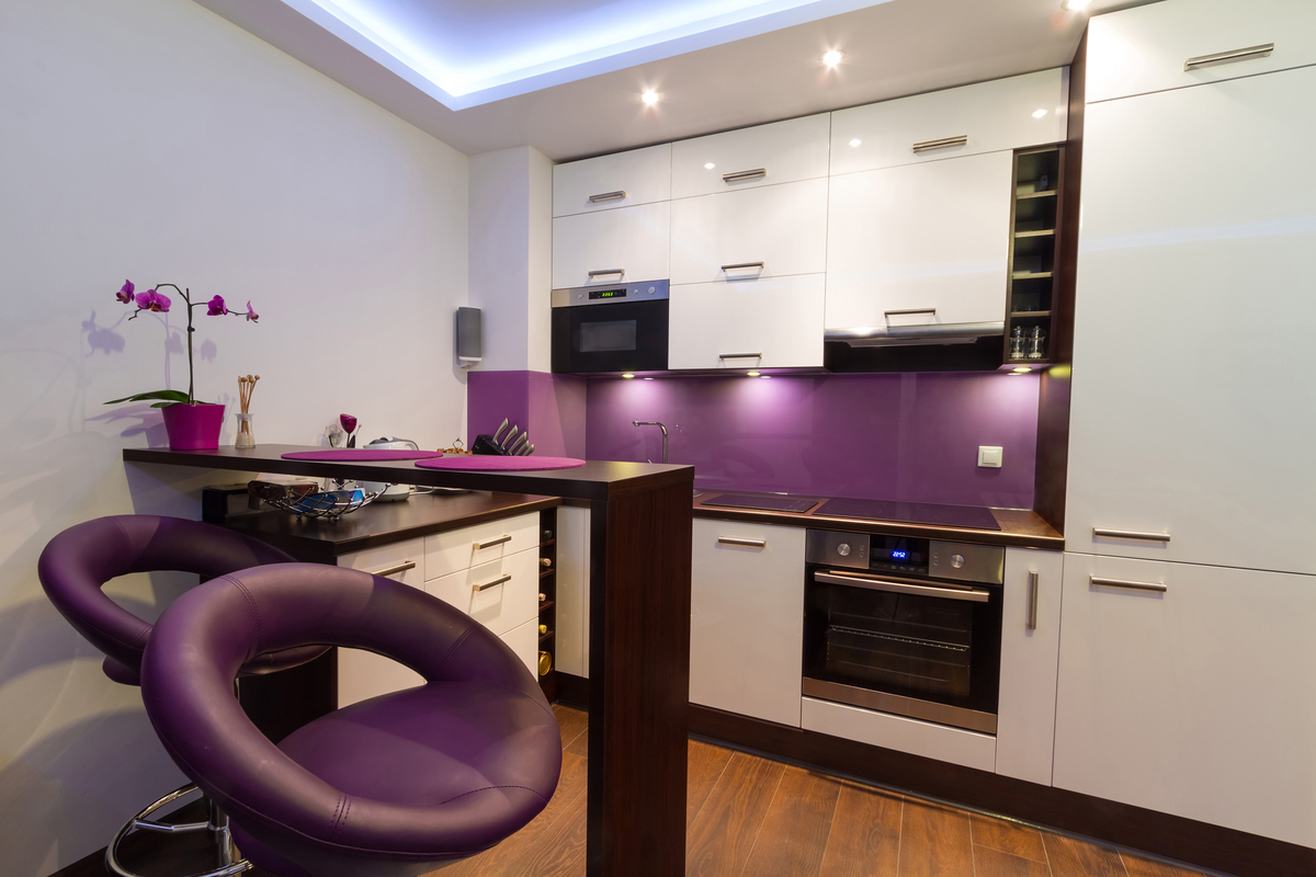 Кухня с фиолетовыми креслами