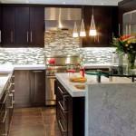 Мелкая мозаика на стене придает кухне свою изюминку