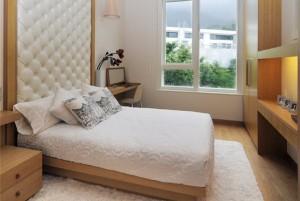 Оригинальная светлая спальня