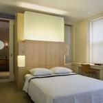 Оригинальный вертикальный светильник над кроватью