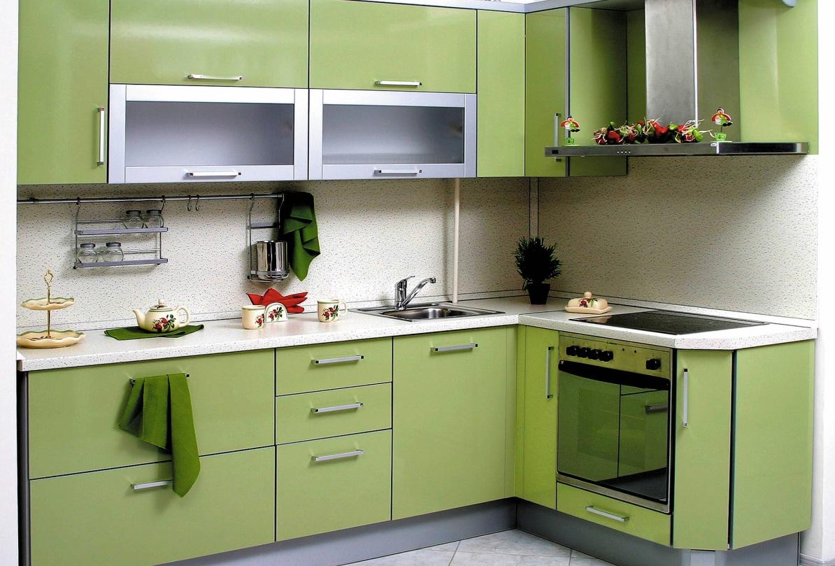 Угловая кухня с просторным рабочем местом
