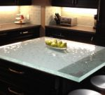 Столешница из стекла для кухни: тонкости и плюсы